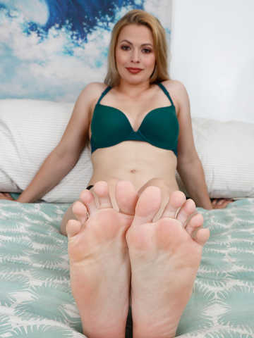 Sloan Harper in footfetish
